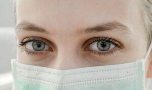 Cum ne protejăm pielea de iritațiile cauzate de purtarea măștii de protecție